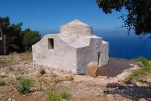 Chiesetta bizantina nell'area archeologica delle Case Romane sull'isola di Marettimo. Nello sfondo il mare