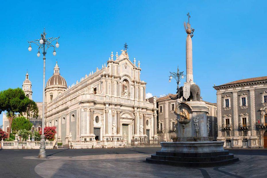 Panoramica di piazza Duomo a Catania con il Duomo di Catania e la Fontana dell'Elefante