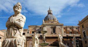 Vista della Fontana Pretoria di Palermo con una statua in primo piano