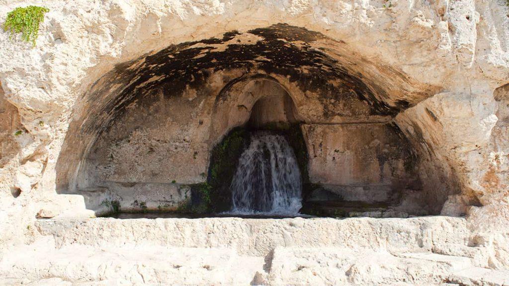 La Grotta del Ninfeo nel Parco Archeologico della Neapolis di Siracusa