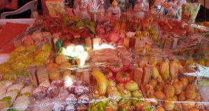 Una bancarella di frutta martorana al mercato di Ballarò di Palermo