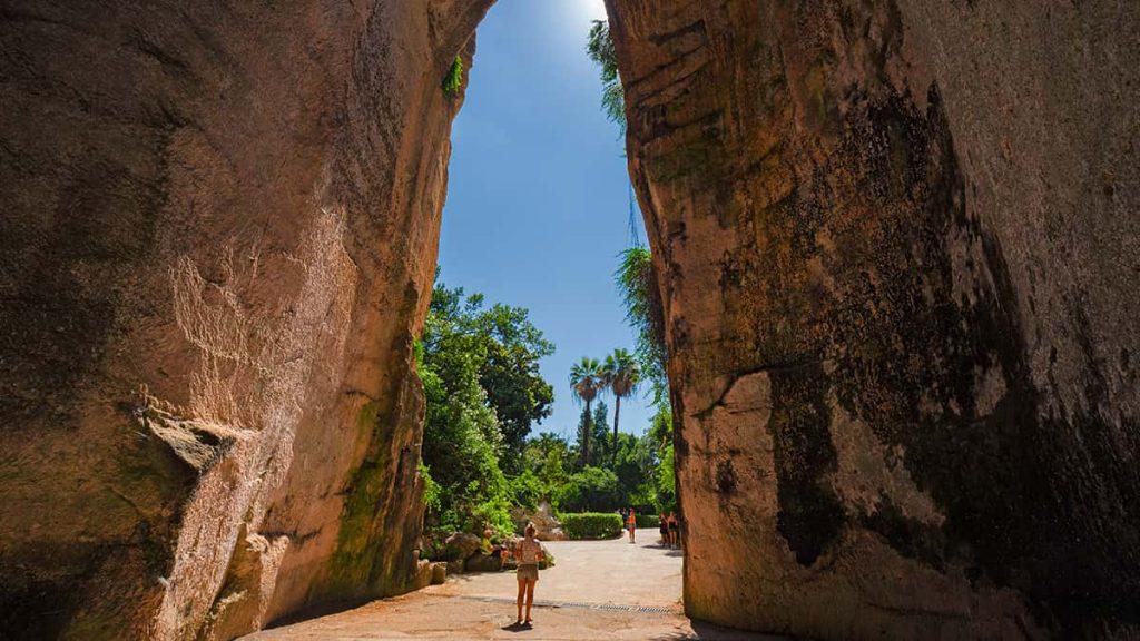 L'interno dell'Orecchio di Dionisio a Siracusa