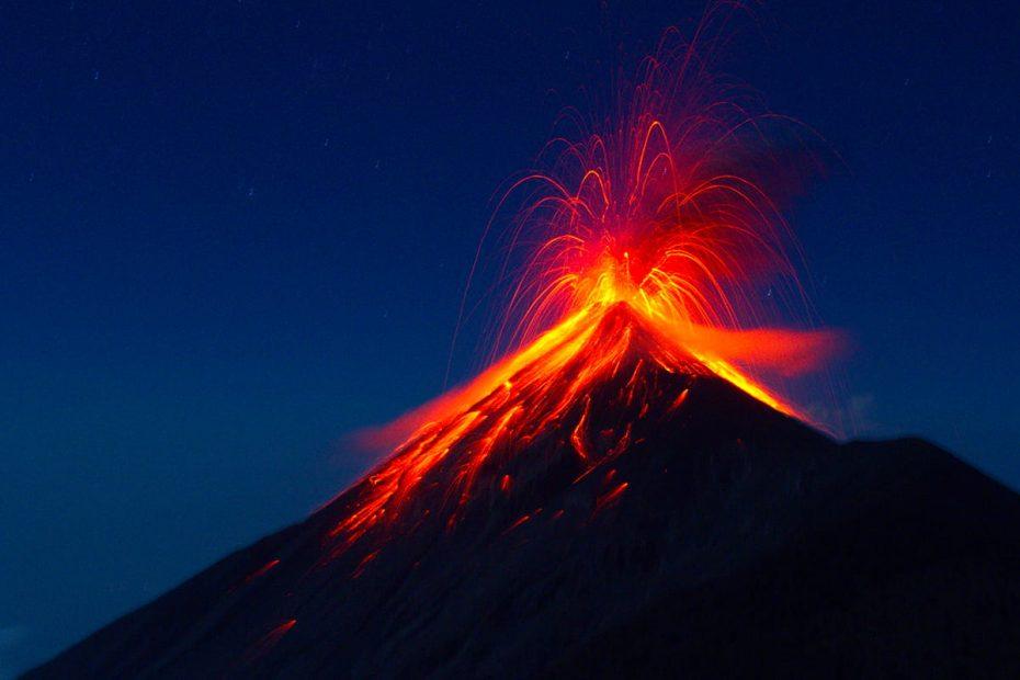 Immagine notturna dell'Etna in eruzione