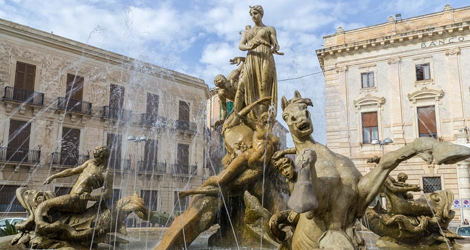 Fotografia di Piazza Archimede a Siracusa con fontana di Diana in primo piano