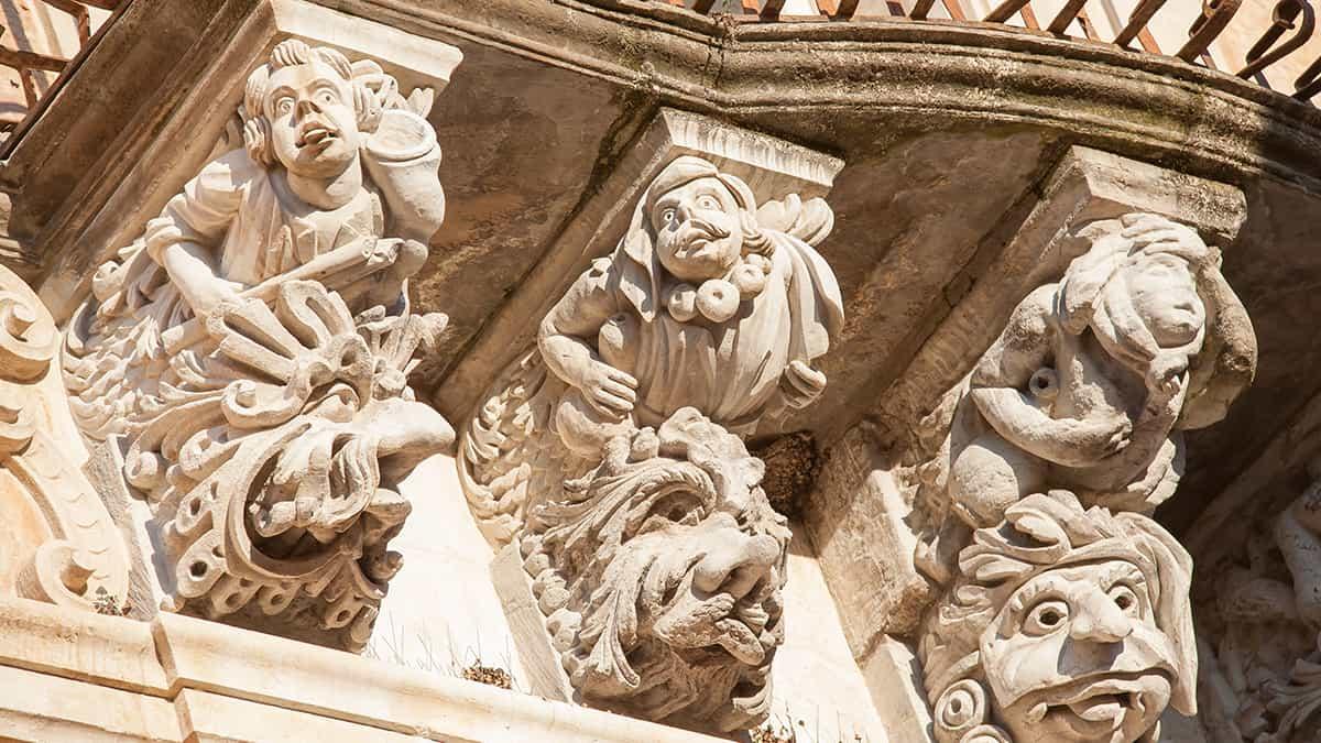 Uno dei balconi barocchi di Palazzo Cosentini a Ragusa