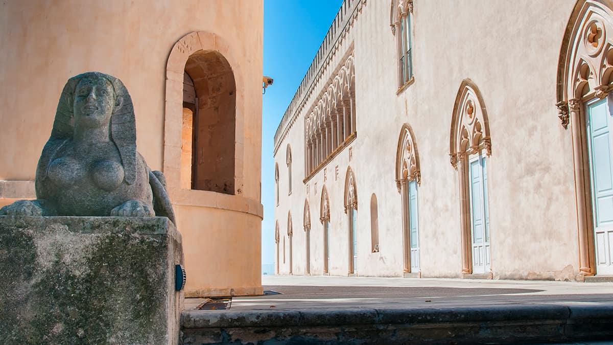 Particolare del Castello di Donnafugata a Ragusa con una sfinge in primo piano sulla sinistra