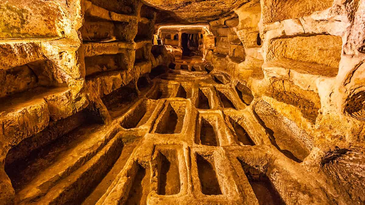 Interno delle Catacombe di Larderia all'interno del sito delle Cave di Ispica