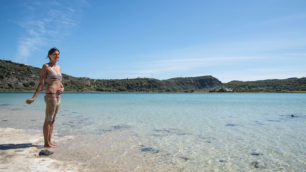 Una ragazza fa i fanghi al Lago di Venere o Specchio di Venere a Pantelleria