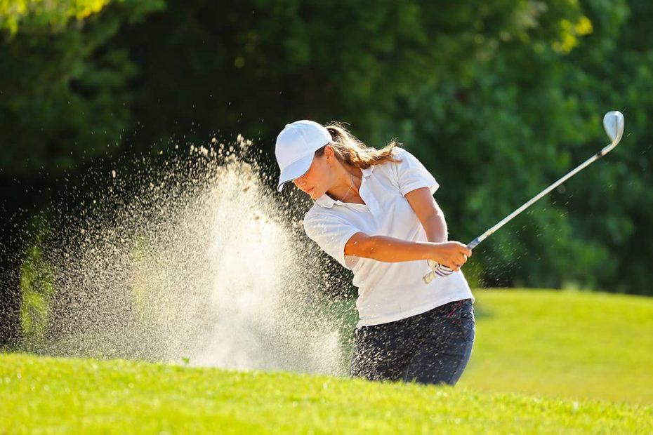 Una ragazza gioca a golf in un campo in Sicilia