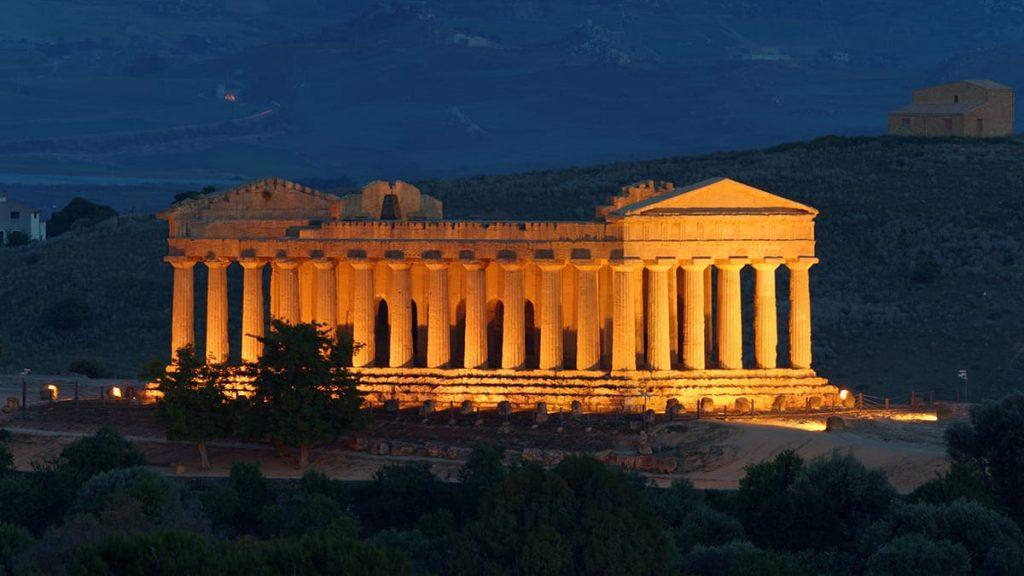 Il Tempio della concordia illuminato all'interno della Valle dei Templi, uno dei siti Unesco in Sicilia