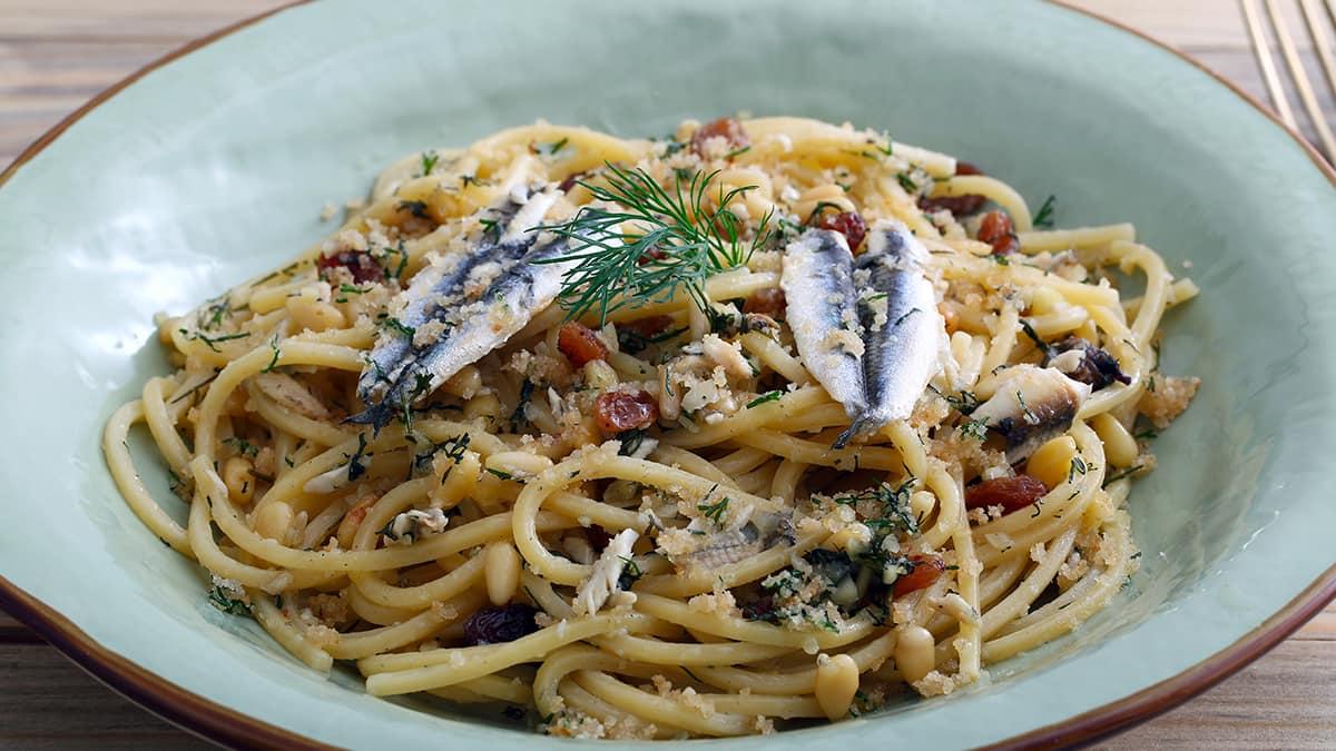 La pasta con le sarde uno dei piatti tipici da mangiare in Sicilia