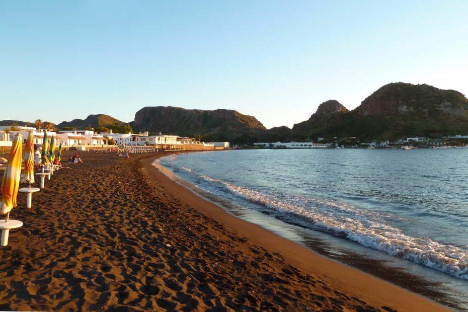 La spiaggia di Sabbie Nere sull'isola di Vulcano