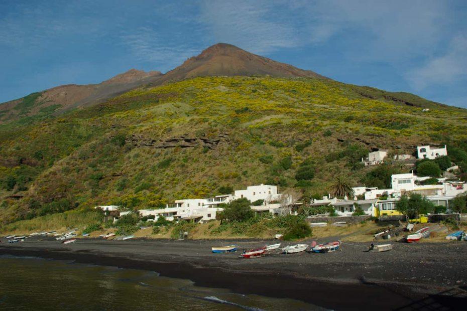 Panorama della spiaggia di Scari a Stromboli
