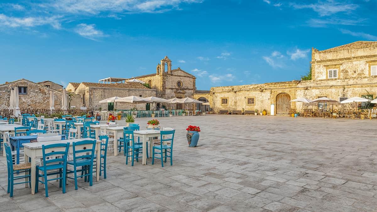 Un panorama della piazza principale di Marzamemi