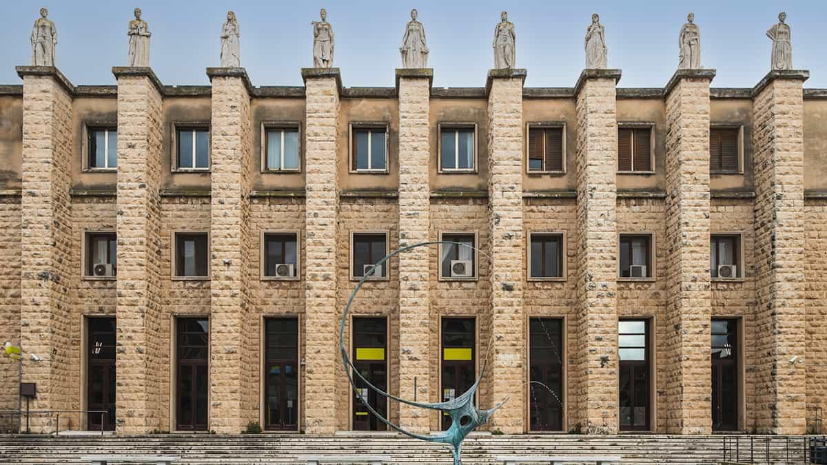 La facciata del Palazzo delle Poste di Ragusa
