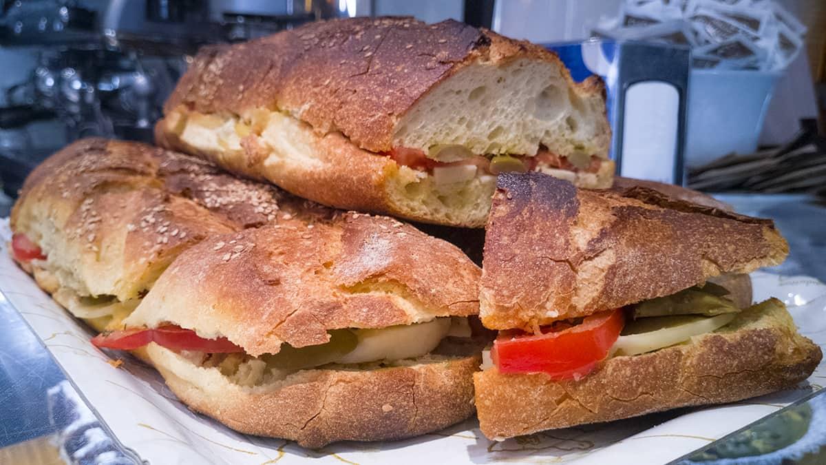 Pane cunzatu una delle cose tipiche da mangiare in Sicilia