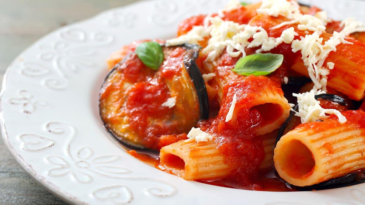 Pasta alla norma uno dei piatti tipici da mangiare in Sicilia