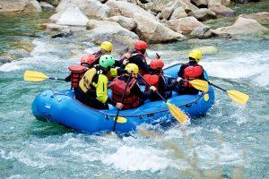 Un gruppo di amici fa rafting in Sicilia