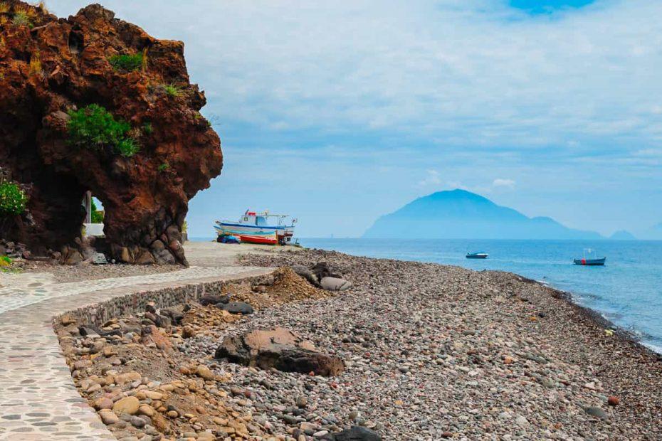 Panoramica della Spiaggia Bazzina ad Alicudi, una delle isole Eolie