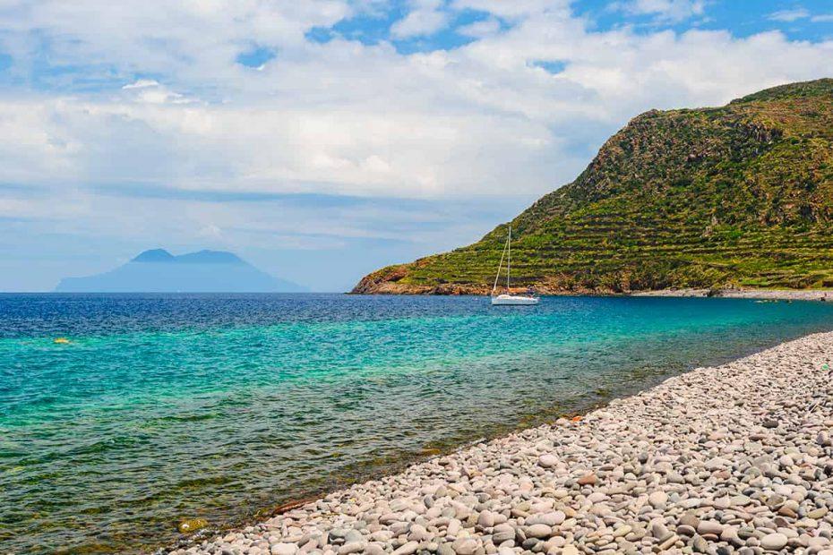 Panorama della Spiaggia di Pecorini Mare sull'isola di Filicudi