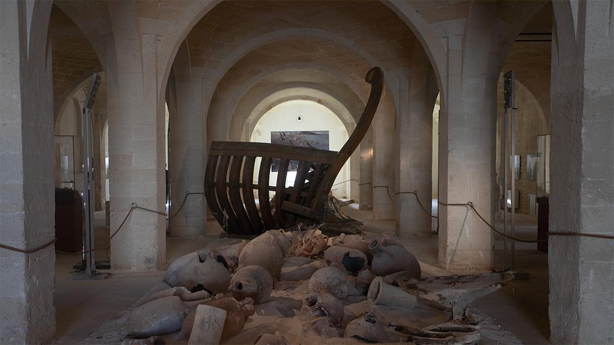 La sala dell'Antiquarium della Tonnara di Favignana. Ci sono i resti di anfore e di una nave romana