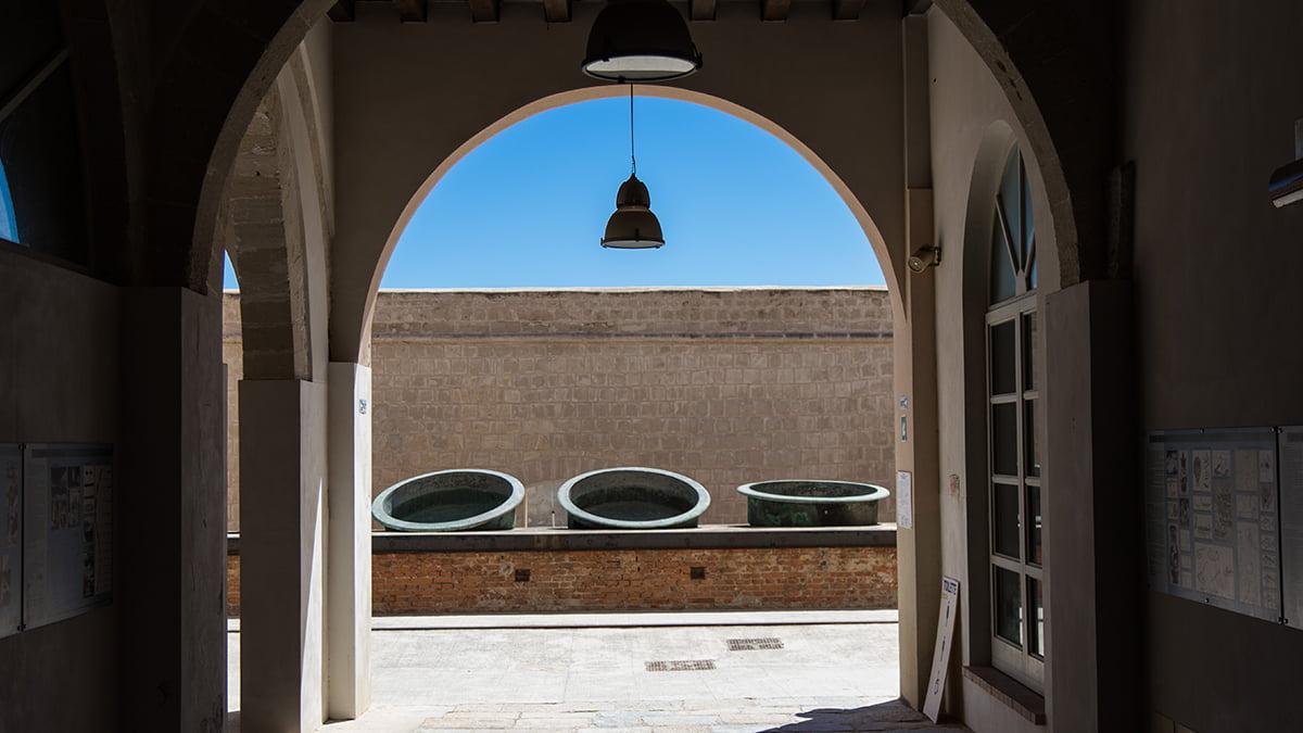Immagine delle vecchie caldaie della Tonnara di Favignana