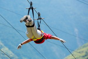 Un ragazzo fa la Zipline in Sicilia