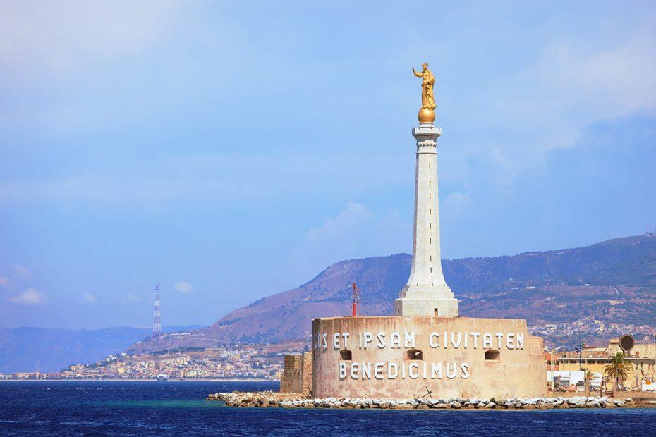Panoramica del porto di Messina con al centro la statua della Madonna della Lettera