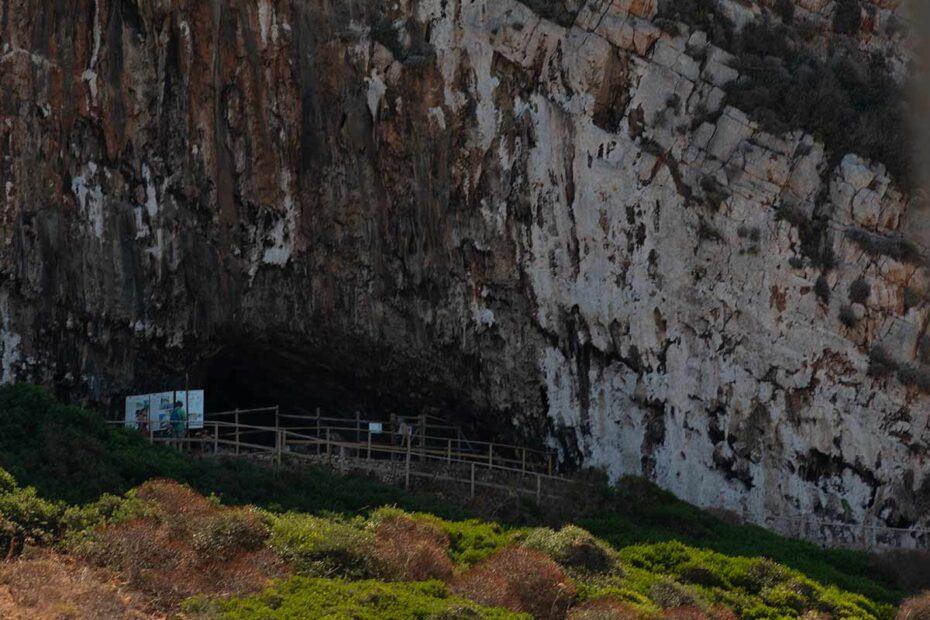 Ingresso della Grotta del Genovese sull'isola di Levanzo