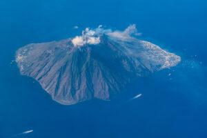 Isola di Stromboli fotografata dall'alto