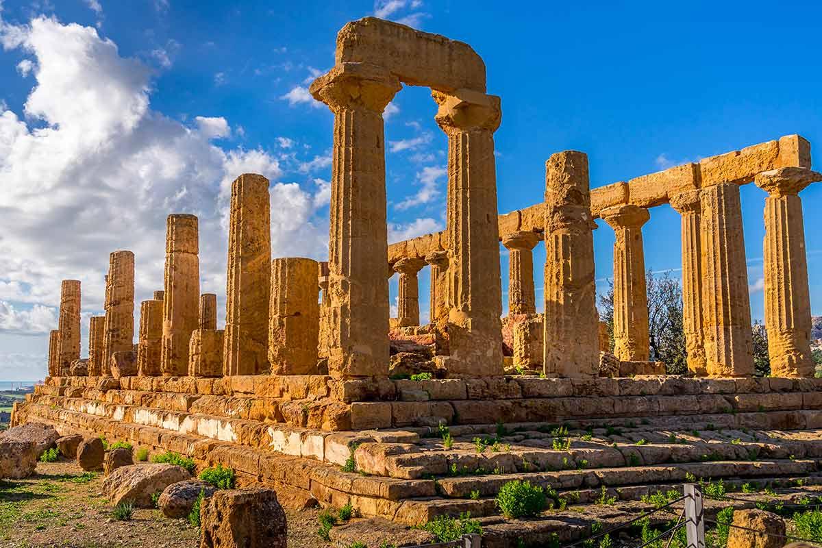 Vista dei resti del Tempio di Giunone nella Valle dei Templi di Agrigento