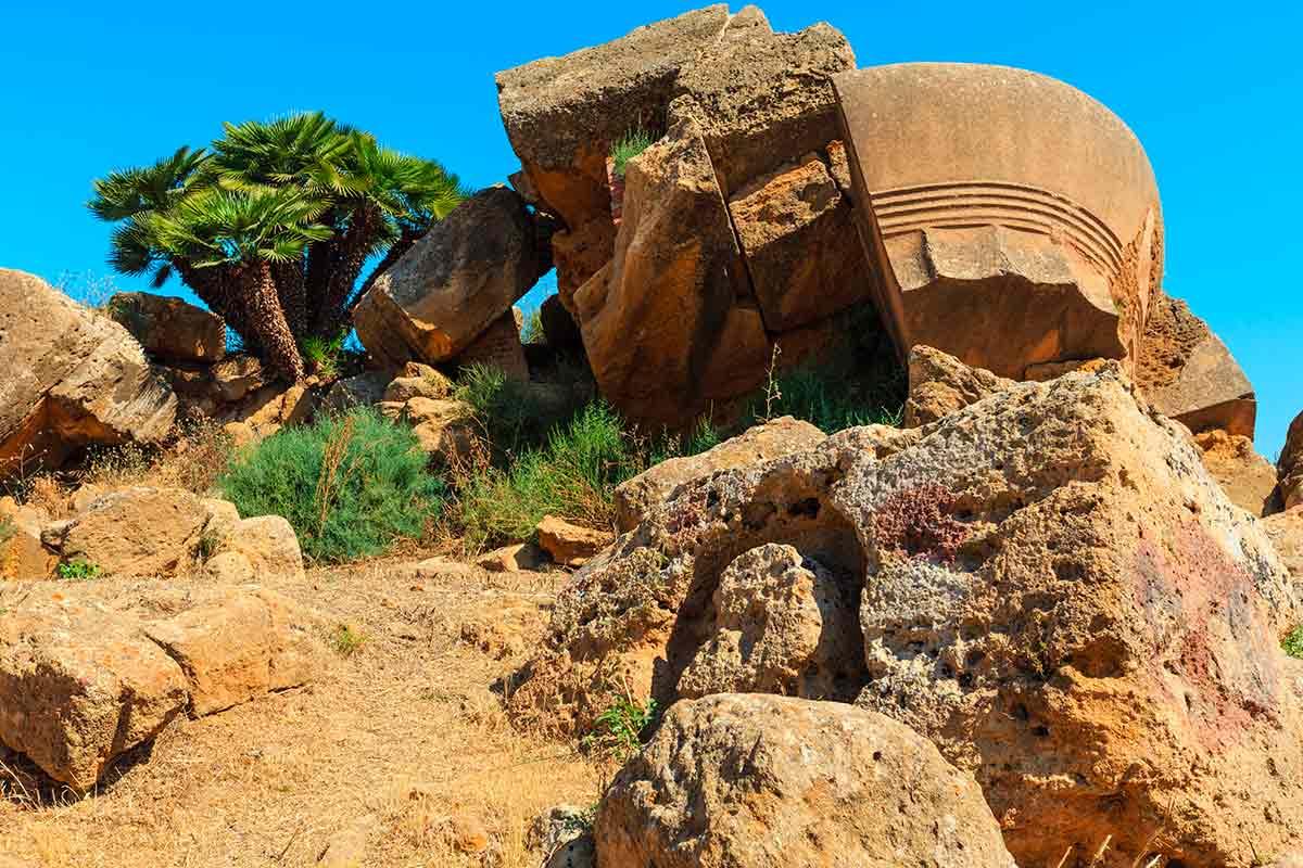 Alcune parti di una colonna del Tempio Zeus nella Valle dei Templi di Agrigento