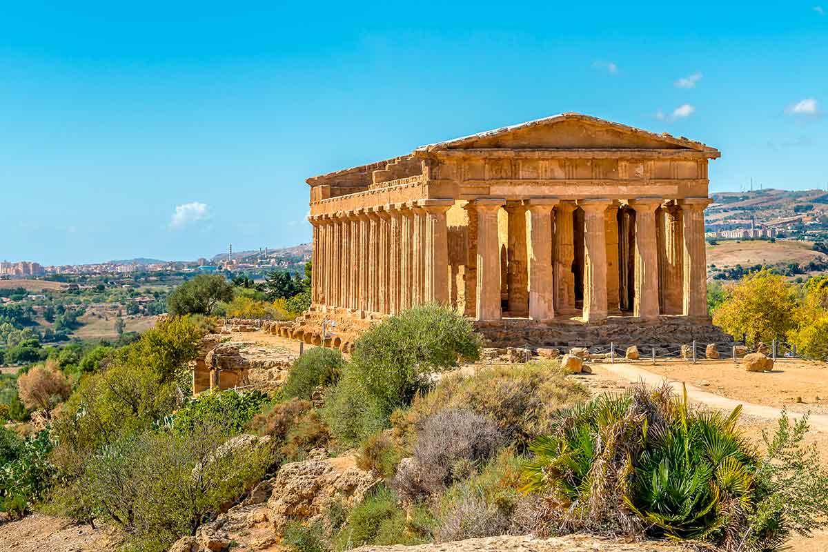 Vista del tempio della Concordia nella Valle dei Templi di Agrigento circondato da cespugli