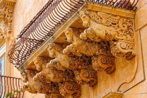 Cavalli alati che decorano uno dei balconi di Palazzo Nicolaci a Noto