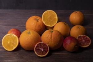 Arance siciliane sia bionde che rosse disposte su un tavolo
