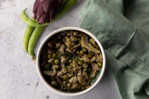 La frittedda palermitana, un piatto a base di fave, carciofi e piselli