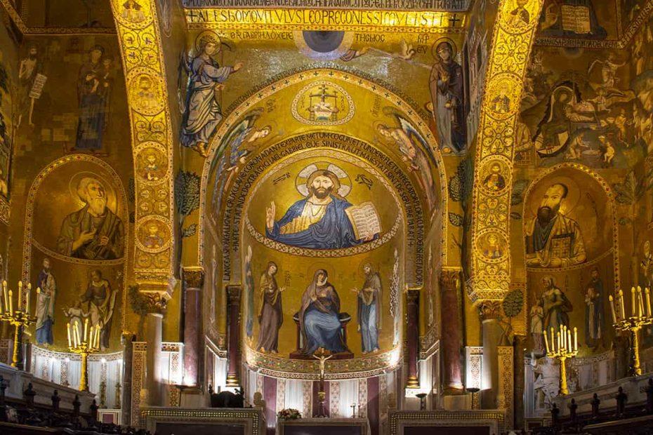 Una vista della Cappella Palatina di Palermo con l'altare centrale e il mosaico di Cristo nell'abside