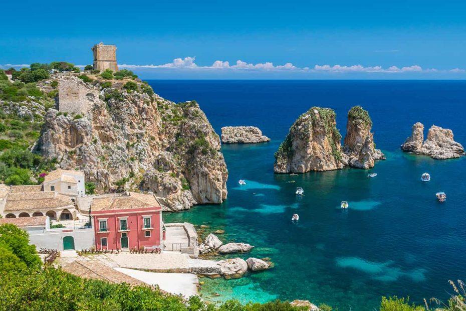 Panoramica di Scopello con la spiaggia, la tonnara e i Faraglioni